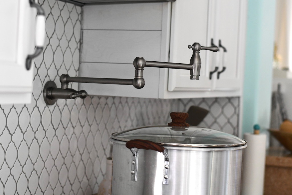 Kitchen wall pot filler