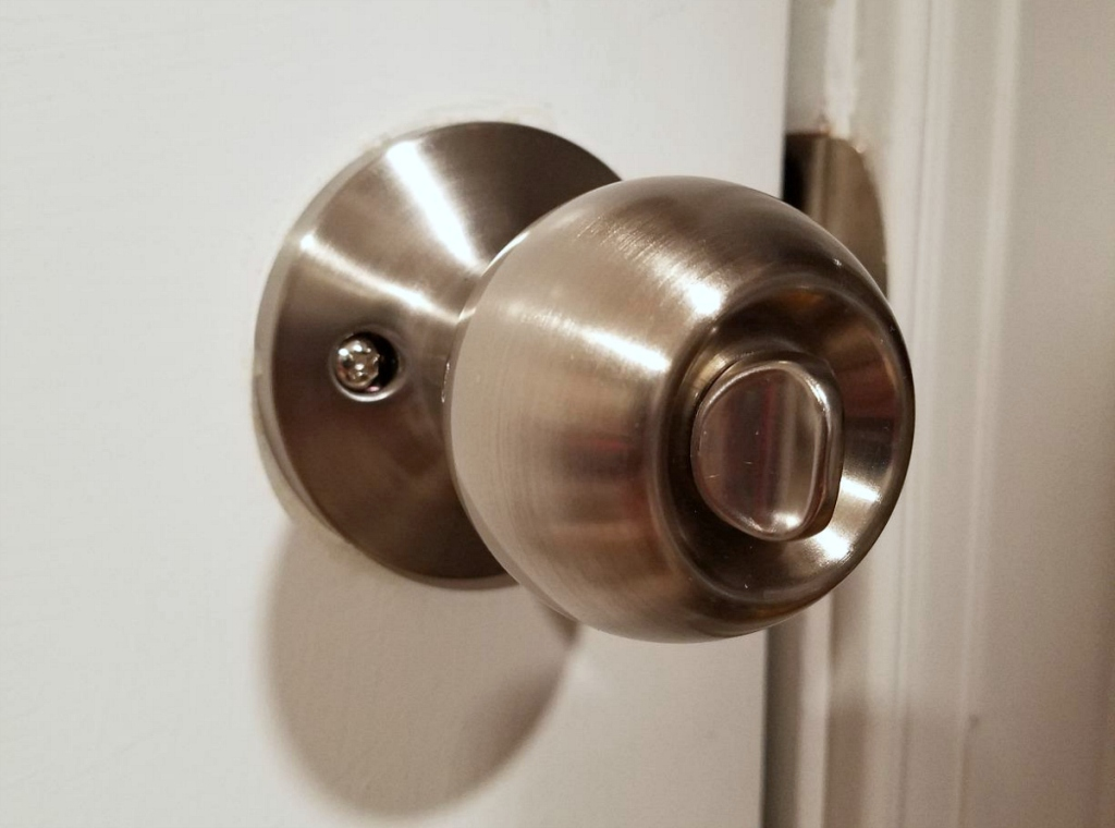 AmazonBasics Entry Door Knob with Lock and Deadbolt