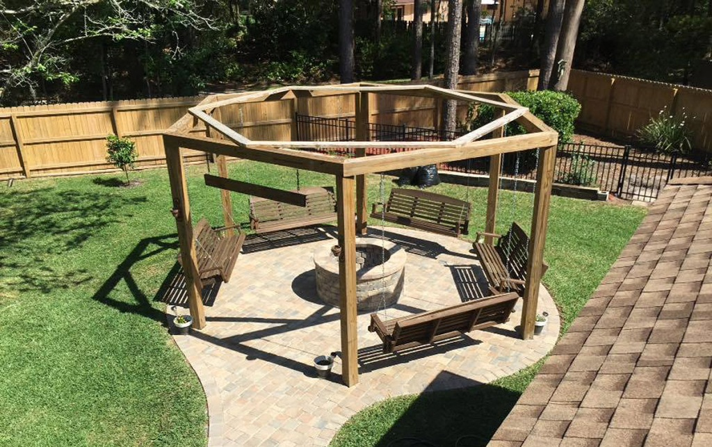 Tutorial-for-round-pergola-with-swings-and-fire-pit-featured-on-@Remodelaholic