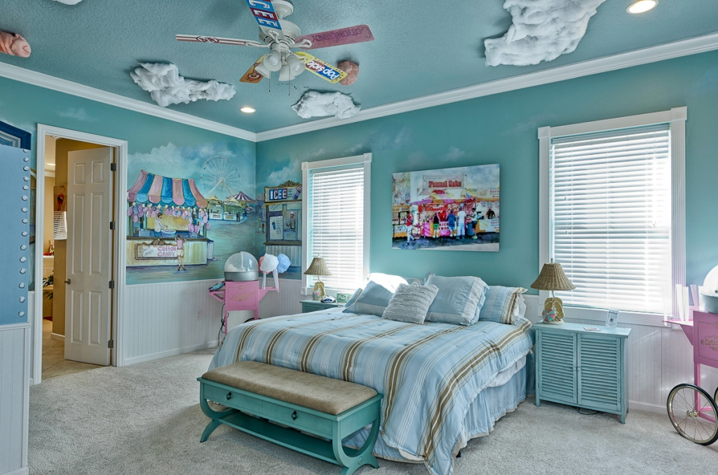 blue bedroom with carnival theme